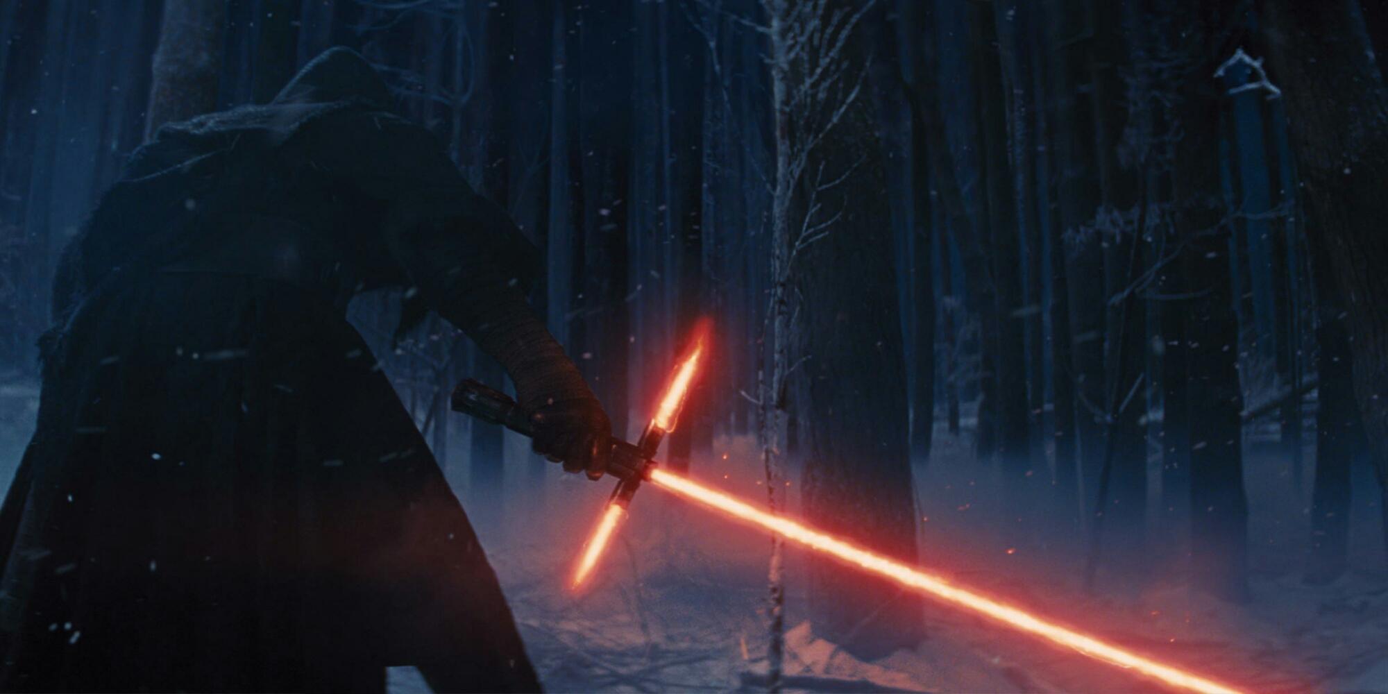 Kylo Ren geht Holz hacken. Auf der Starkiller Base ist es kalt und der Kamin will befeuert werden. © Lucas Film / Disney